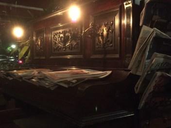 Piano met kranten/tijdschriften
