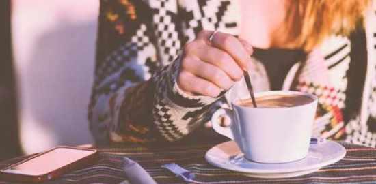 コーヒーの砂糖とミルク