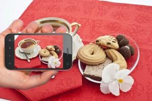 fotografiando mesa de té con smartphone