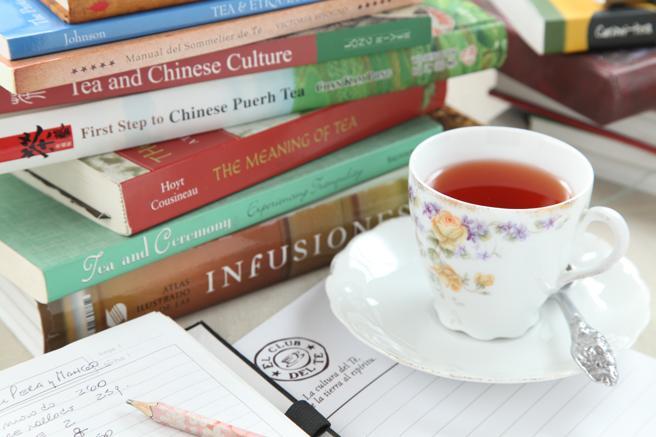 libros y tazas de té