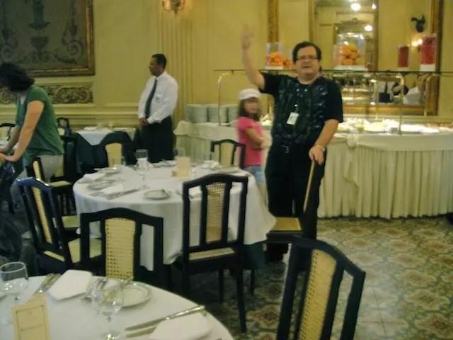 Milton indicando a cadeira de Getúlio Vargas na Colombo!