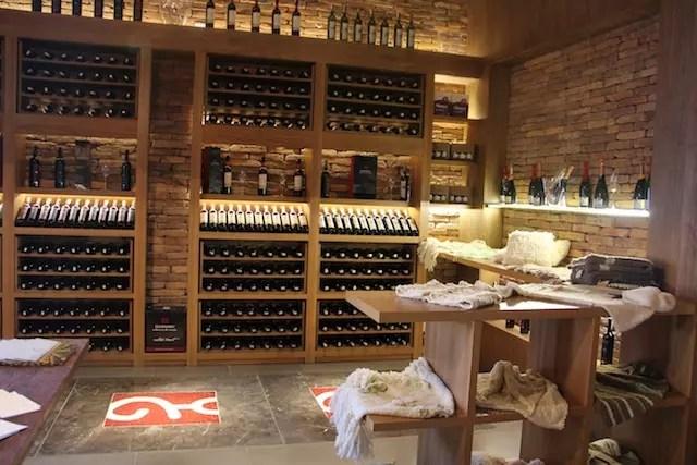 a loja na entrada com vinhos, produtos locais e cosméticos