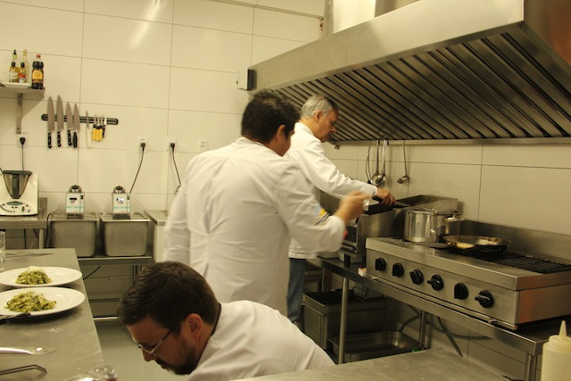 Janela de vidro que separa as mesas da equipe do Chef Cesar Sperotto