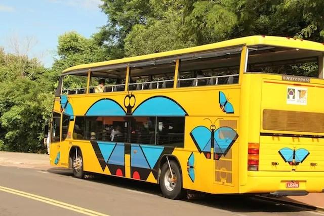 ônibus temático do parque que faz paradas nas principais atrações