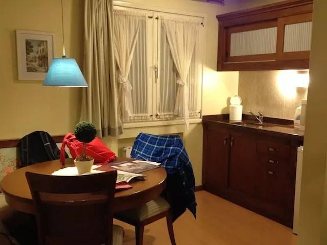 quarto família com quarto para casal, quarto das crianças e uma sala com cozinha na entrada.