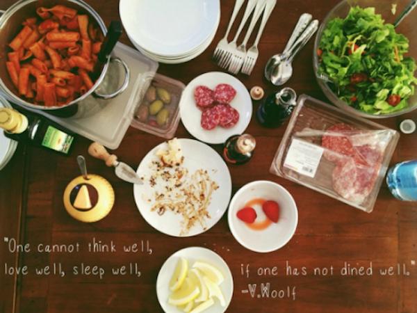 """Foto do Guia, tradução : """"Não se pode pensar bem, amar bem, dormir bem, quando não se jantou bem.""""  VIRGINIA WOOLF"""