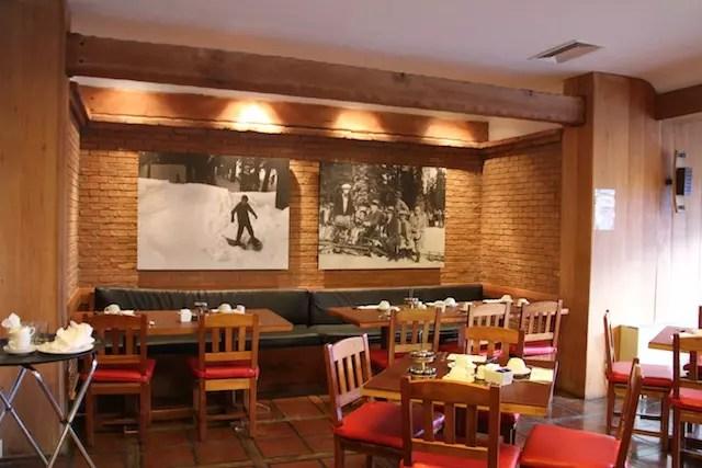 Um dos ambientes do salão do restaurante Mirador del Plomo no café da manhã