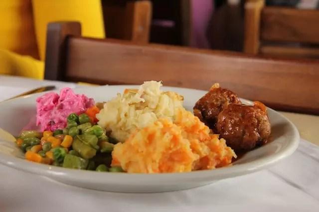 o meu prato cheio e colorido do Hotel Klomp de Carambeí no Paraná