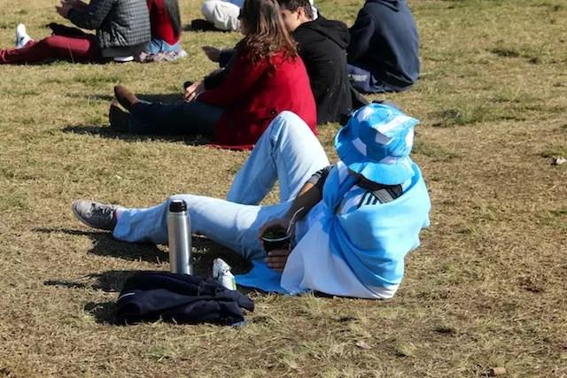 chimarrão no solzinho, esse é o clima da Fan Fest em Porto Alegre