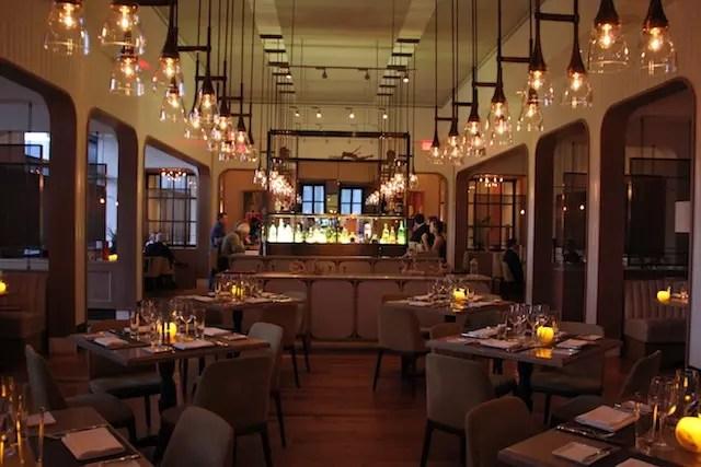 E o ambiente interno do restaurante com bar ao centro, point de happy hour