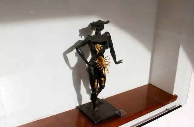 várias esculturas de Dalí pelo museu!