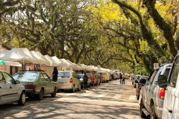 As barracas de artesanato do Brique e o astral das árvores