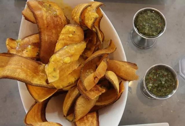 "as ""bananas"" chips com um molho tipo chimichurri"