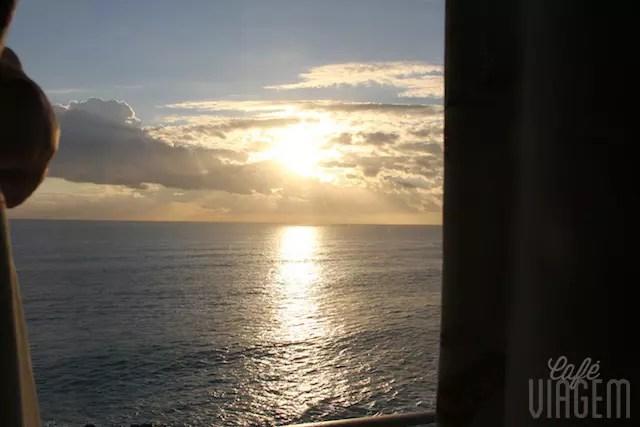 Abrindo a janela do quarto ao amanhecer... Bom dia, mar!!