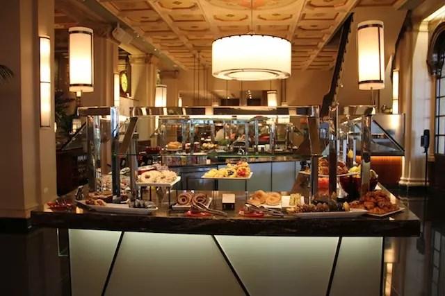 duas longas mesas de bufê com tudo que dá pra imaginar do bom e do melhor!