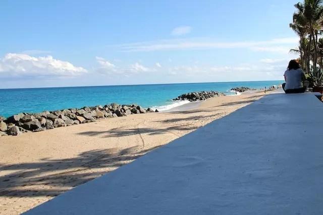 A praia em frente às varandas dos quartos