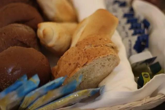 Os pãozinhos do couvert chegam quentinhos e crocantes...