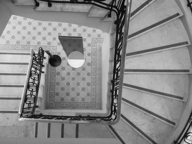 as escadas internas que levam ao Café do Cofre!