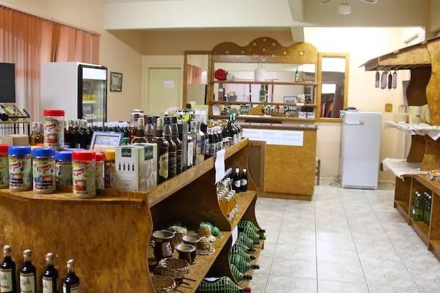 A loja em frente ao hotel com vários produtos da região e comidinhas do restaurante
