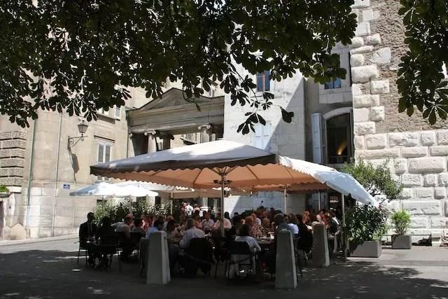 Uma refeição completa no bem localizado Café Papon (uma instituição!) sai por volta de 40/60 francos