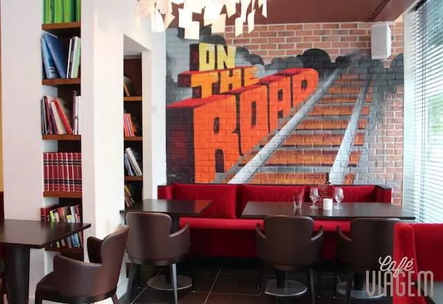 O charme das paredes do Café Tag dentro do hotel