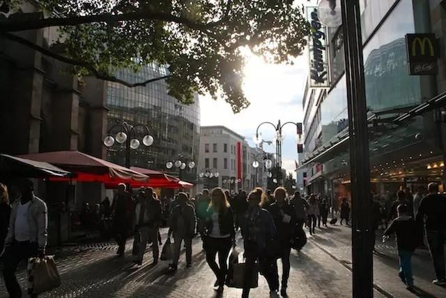 Compras no fim do dia nas ruas que se cruzam: Schildergasse e Hohe Strasse