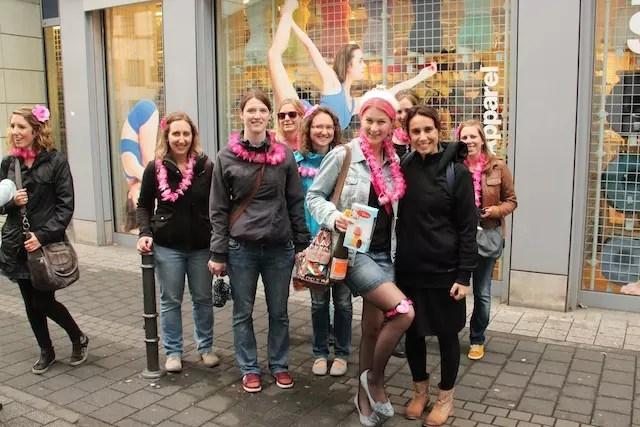 Tradição de noiva: as alemãs festejam a sua despedida de solteiro, bebendo na rua (principalmente aos sábados) com as amigas e cheias de enfeites. Tive que pedir uma foto ao lado dessa animação toda!