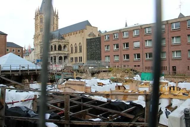 """A cidade de muita história e ruínas: um gueto judeu acaba de ser descoberto em frente ao prédio da prefeitura. """"Aqui, quando se cava, sempre se encontra algo"""" - declarou a minha guia turística na cidade"""