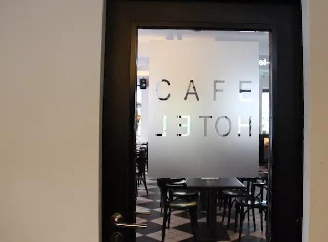 a porta interna que divide o hotel do charmoso café e bistrô!