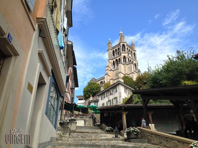 A Catedral de Lausanne ao fundo e as escadas que levam ao Le Barbare e a uma área charmosa de Lausanne