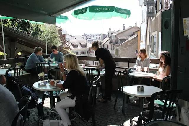 as mesinhas do terraço com vista para a parte antiga de Lausanne