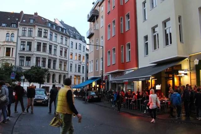o movimento no fim do dia no Bairro Belga com vários pubs e restaurantes