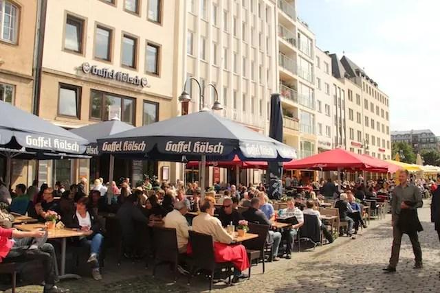 existem vários restaurantes nas praças no bairro de Altstad - Cidade Velha
