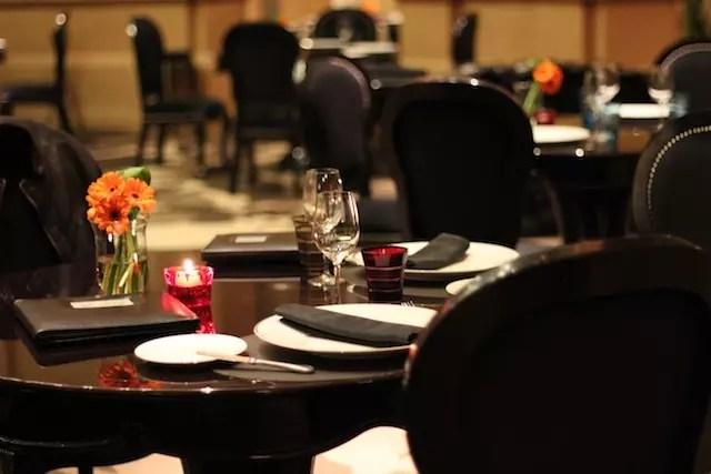 O ambiente à noite do restaurante