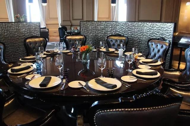 A mesa ao centro do salão para um grupo