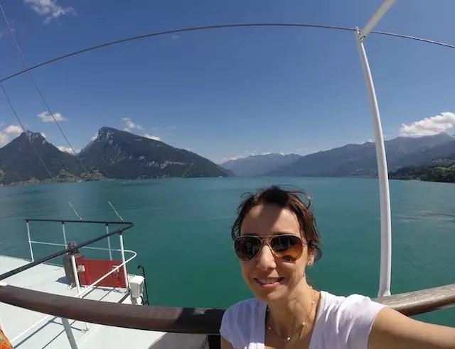 feliz da vida no belíssimo passeio de barco a vapor de Thun a Interlaken