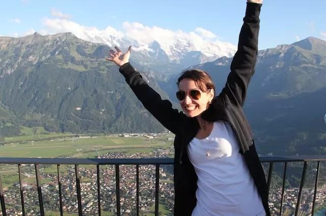 Feliz da vida! Ao fundo, o trio de montanhas famosas da Suíça