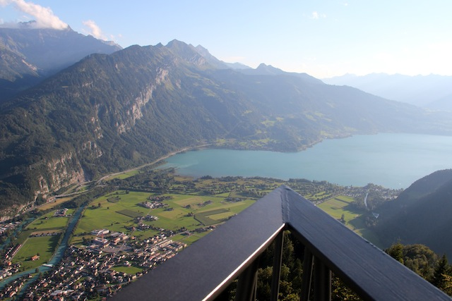De um lado o Lago de Thun
