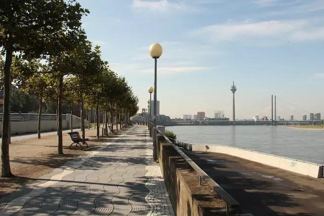 Pelas margens do Reno, Düsseldorf tem muitos recantos especiais para caminhar ou pedalar!