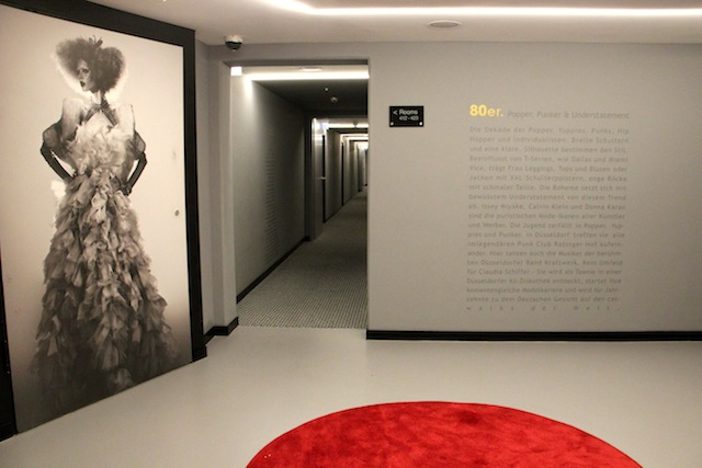 Cada andar uma década da moda. O texto na parede faz o resuminho do estilo da época