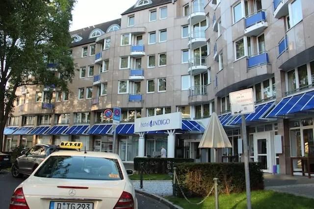 Por fora, o hotel nem parece tão encantador. Mas daí você entra e… surprise!