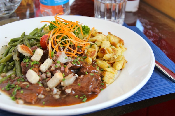 Meu prato com carne e säptzel estava uma delícia e bem servido