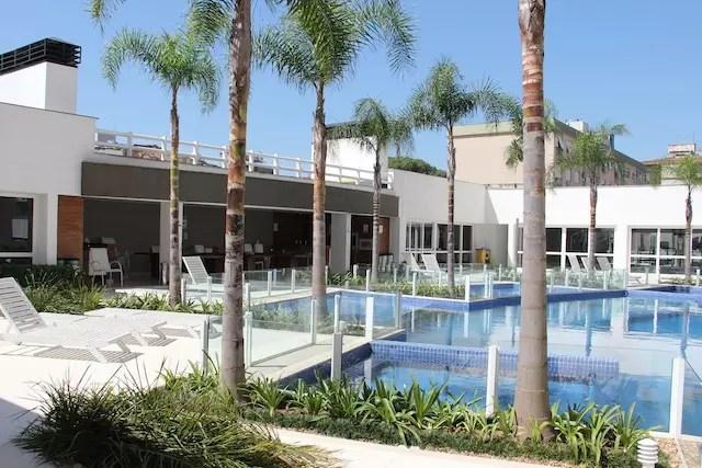 foto do apartamento que visitei, bem decorado e que oferece uma superestrutura de piscina, playground e salão de festas no prédio