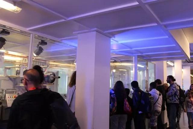 visitantes acompanhando a produção do vidro...