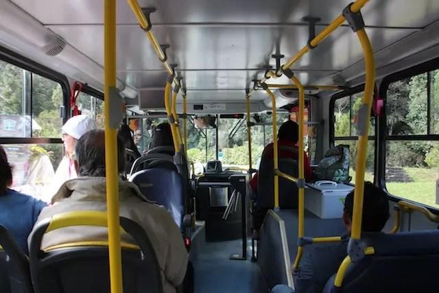 O primeiro andar do ônibus é bem quentinho, mas são poucos lugares e a visão panorâmica não é tão legal quanto a do andar superior