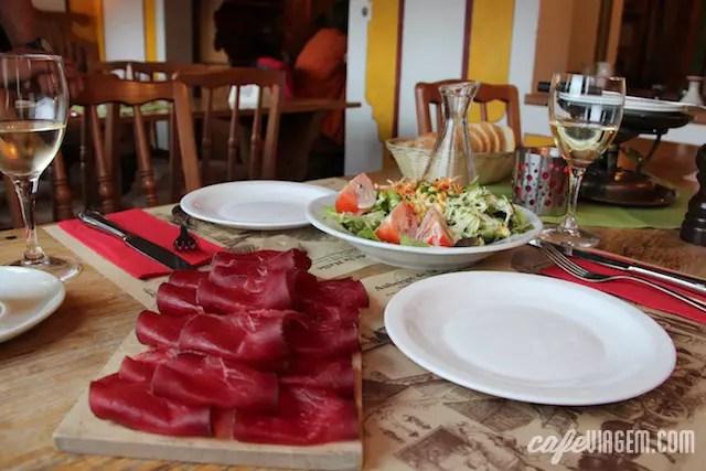Almoço delicioso no La Halle: salada, entradas, vinho branco e um fondue para um dia frio de chuva - perfect!