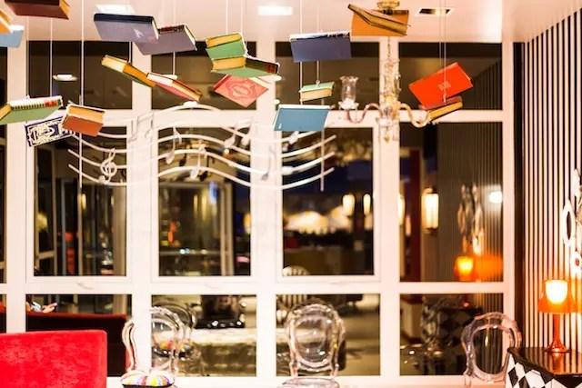 Lobby com livros (comprados no Brique) suspensos, adorei! Foto divulgação