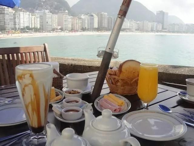 O café da manhã na Confeitaria Colombo do Forte com a vista de Copacabana