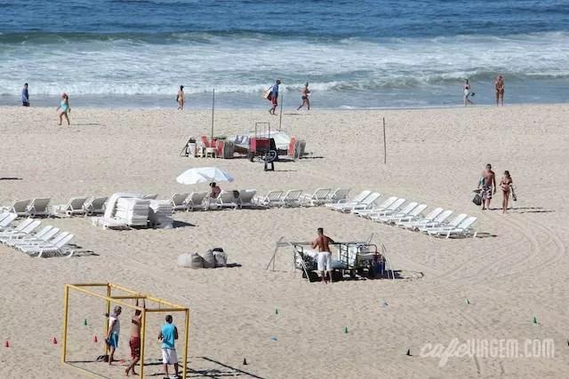 estrutura da praia começa a ser montada pela manhã, por volta das 7h/8h