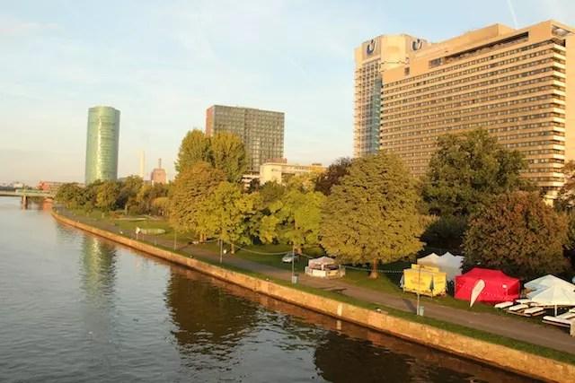 o prédio do hotel InterContinental visto da ponte